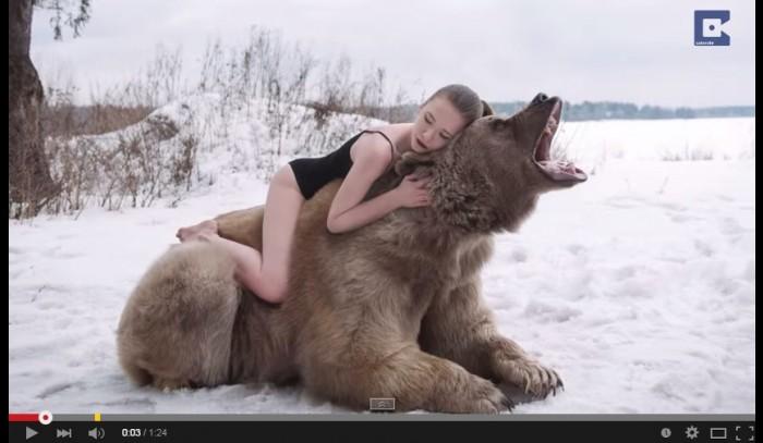 Modelos rusas desafían el peligro y posan con un oso para campaña en contra de la caza
