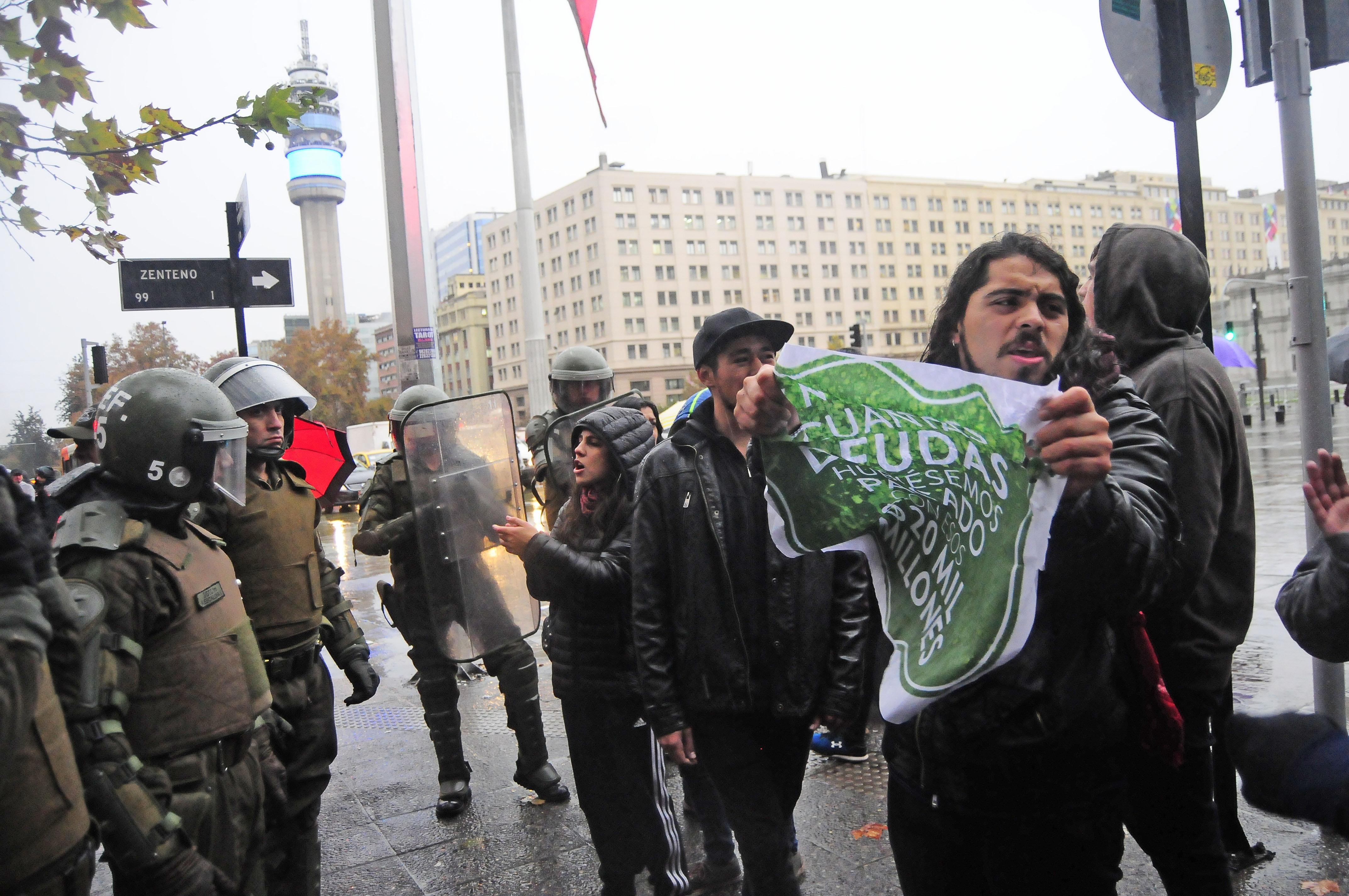 Estudiantes protestan fuera de la Dirección General de Carabineros por fraude