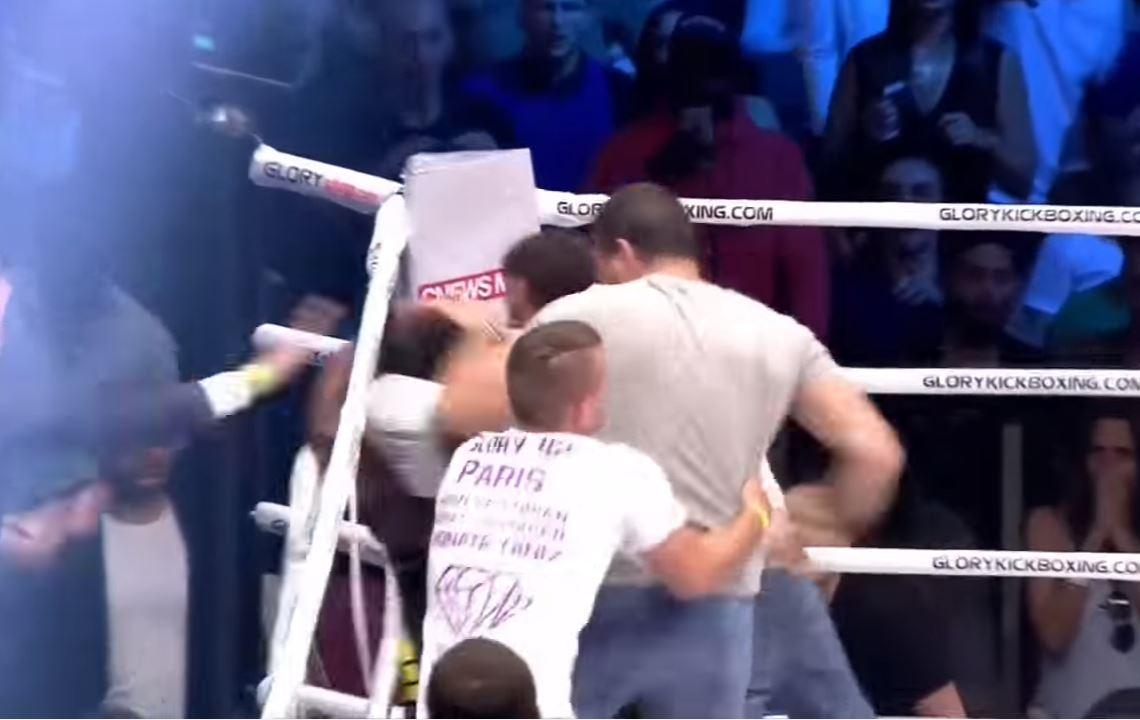 Espectadores subieron al ring a golpear a peleador
