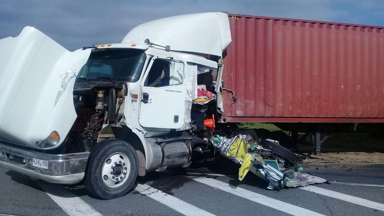 Ambulancia y camión protagonizan grave accidente de tránsito en San Antonio