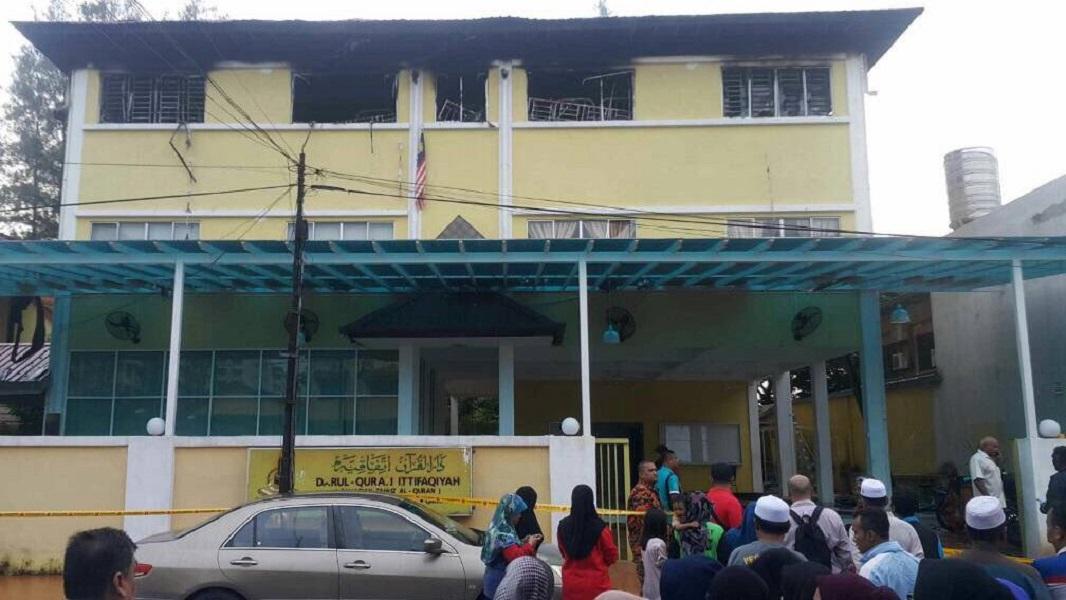 Incendio en escuela religiosa deja 25 muertos en Malasia