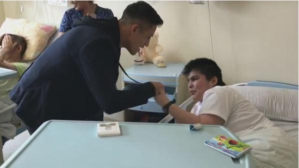 Alexis Sánchez visitó hospital en Tocopilla en sus vacaciones