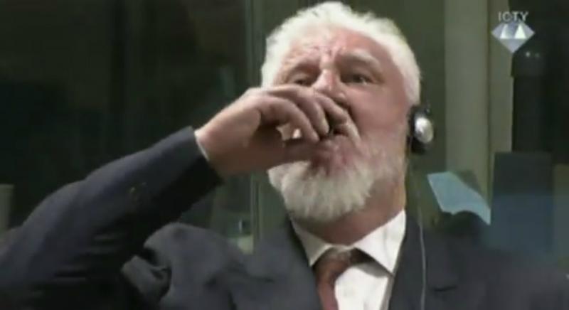 Criminal de guerra bebe supuesto veneno ante la Corte de antigua Yugoslavia