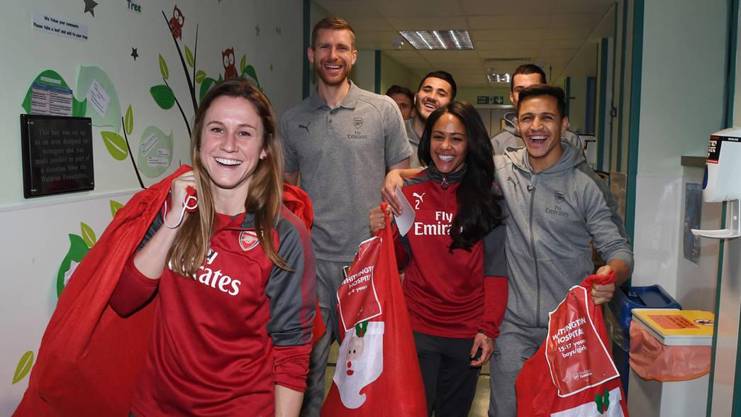 Alexis Sánchez lideró visita del Arsenal a hospital en Londres