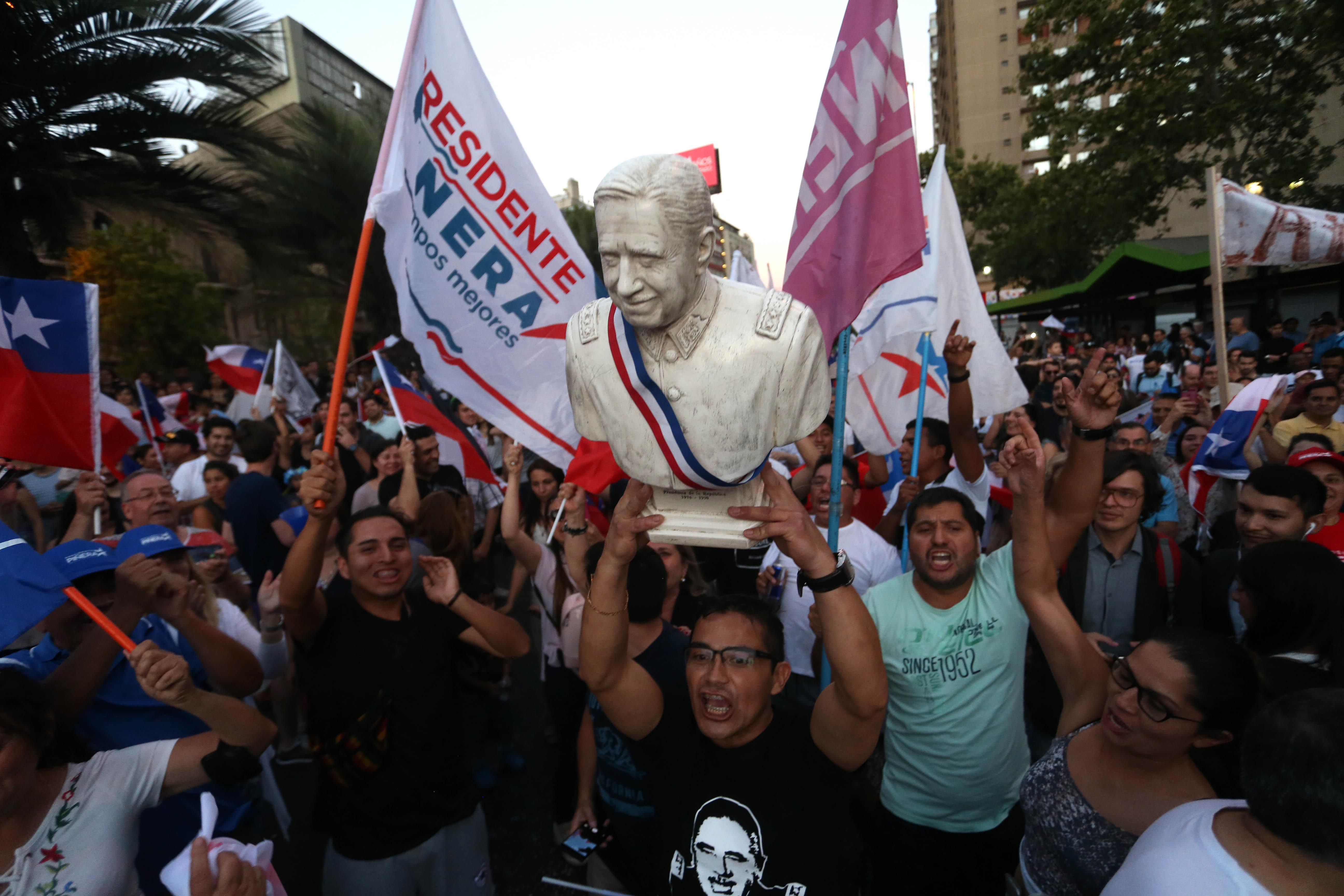 Festejan triunfo de Piñera con busto de Augusto Pinochet [FOTOS — Chile
