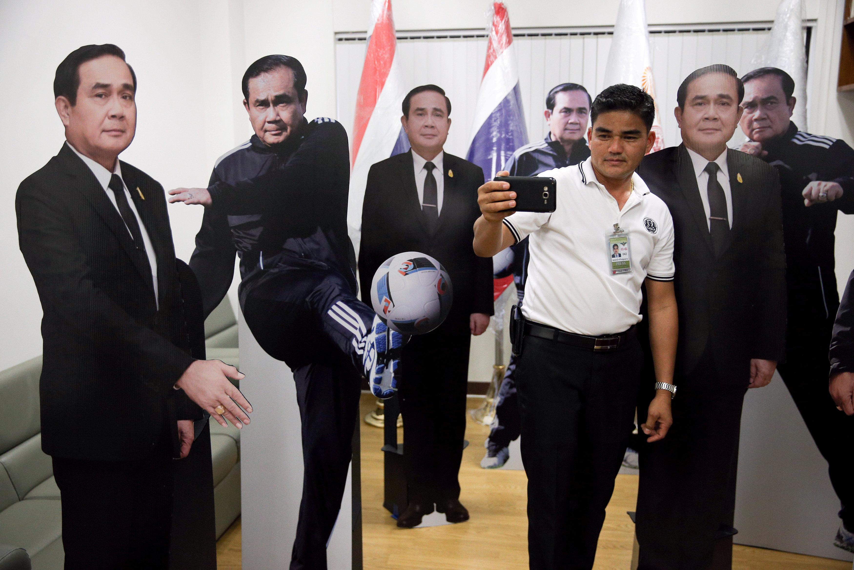 Primer ministro deja doble de cartón para las preguntas incómodas