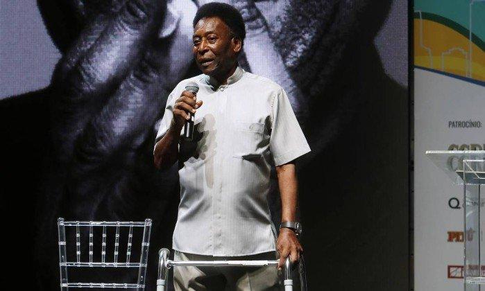 Pelé presume andadera como su nueva zapatilla