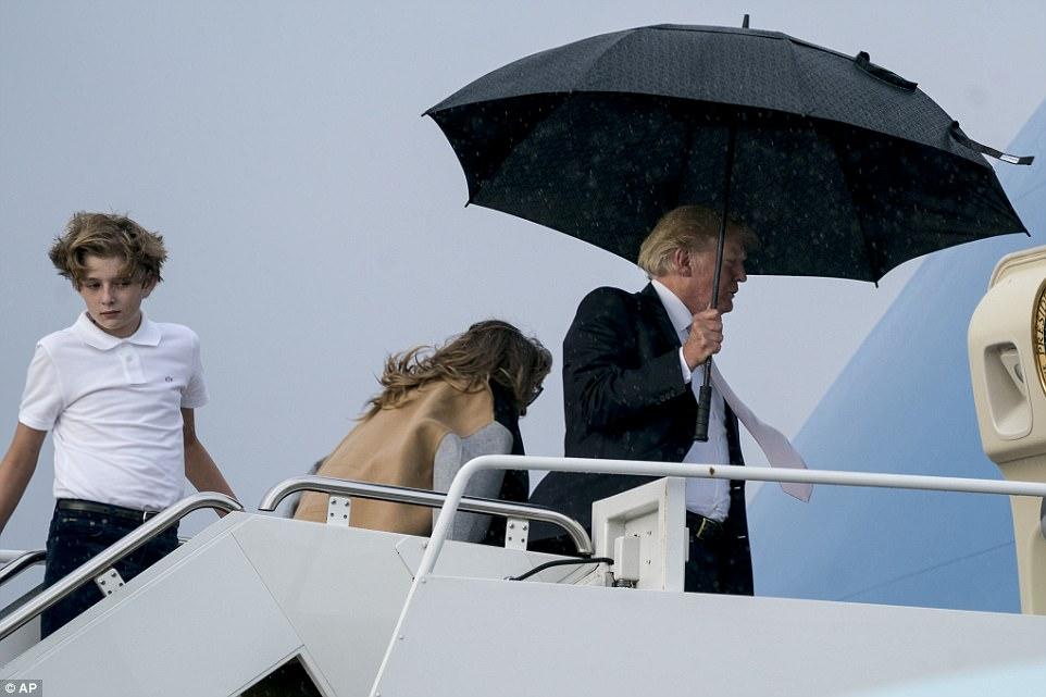 Trump abandona a su esposa ya su hijo en la lluvia