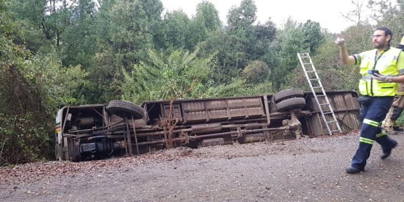 Siete lesionados tras volcar un bus que trasladaba trabajadores a Villa Baviera