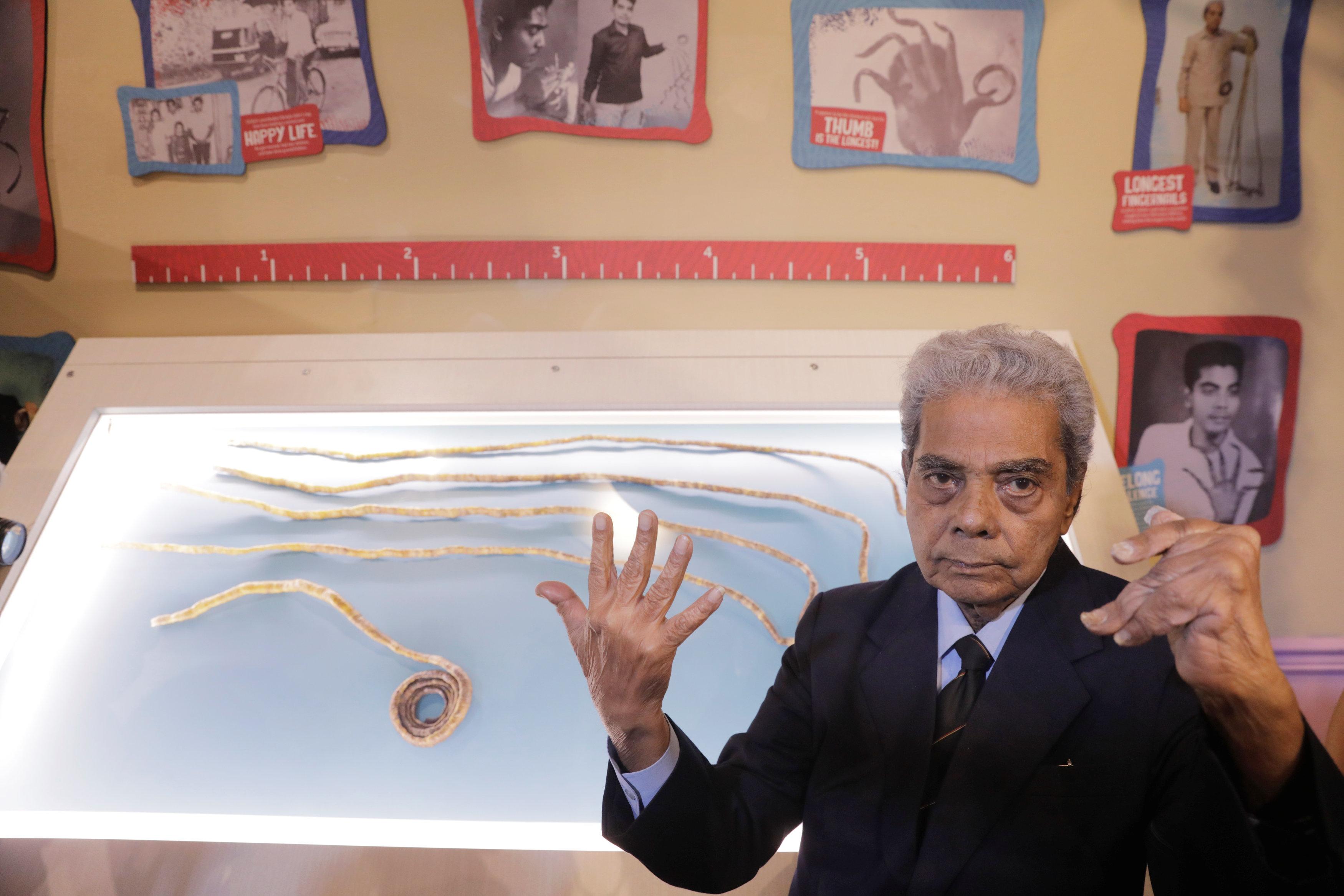 Se corta las uñas más largas del mundo tras 66 años