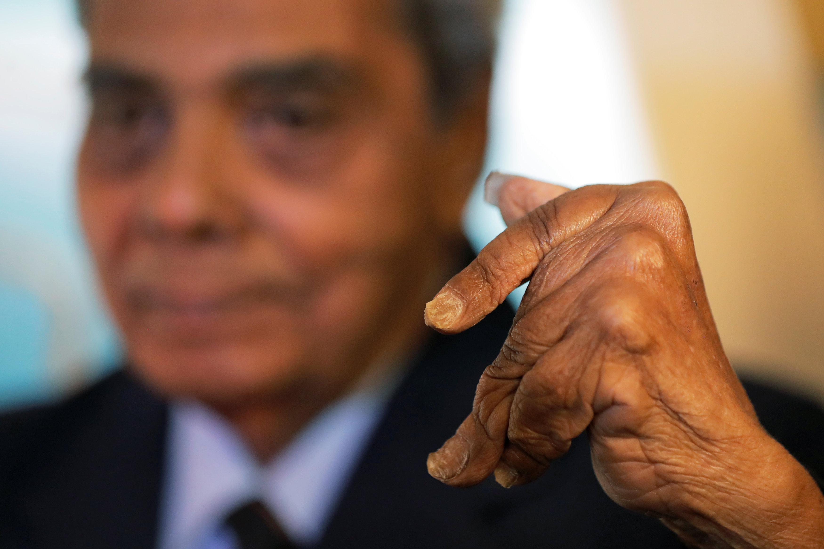 Hombre con las uñas más largas del mundo decidió cortárselas y hoy las exhibe en museo