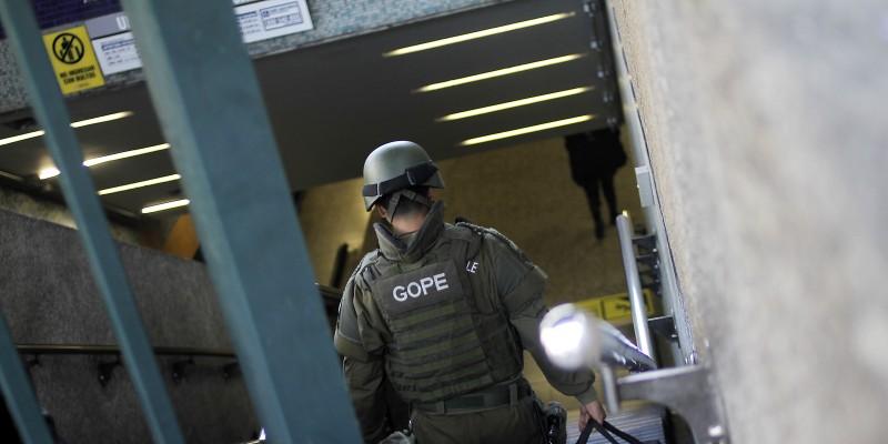 Efectivos del GOPE trabajan al interior del Metro Neptuno por artefacto sospechoso
