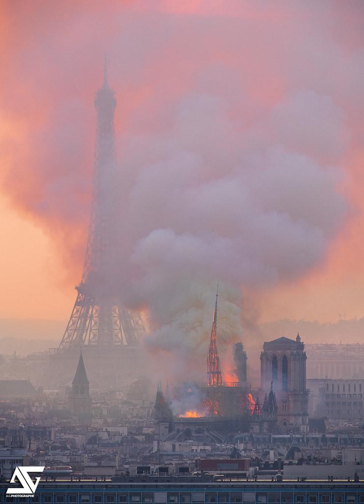 Foto de la Torre Eiffel y la Catedral de Notre Dame durante incendio